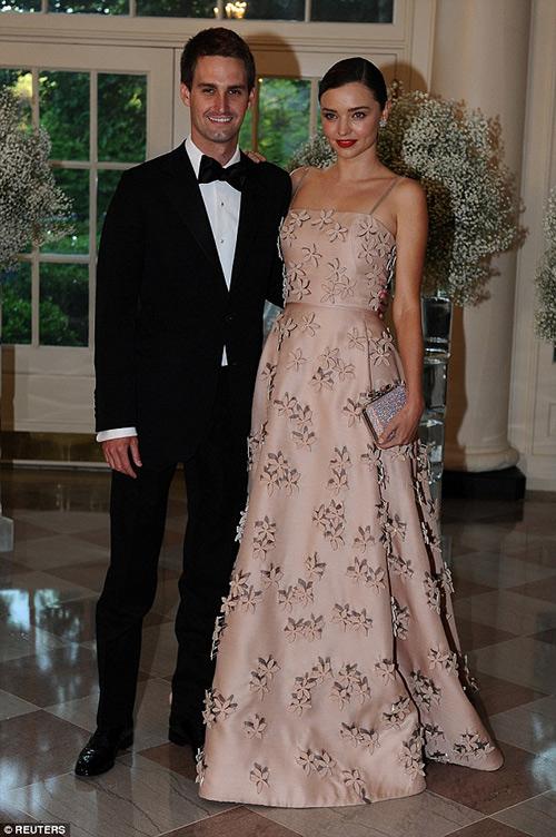 Miranda kerr quyến rũ với váy hồng thướt tha
