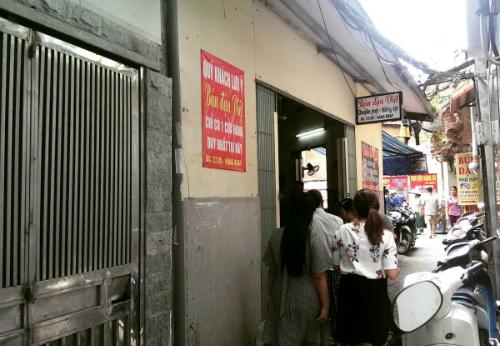 Thưởng thức bún đậu xếp hàng ở khu phố cổ hà nội