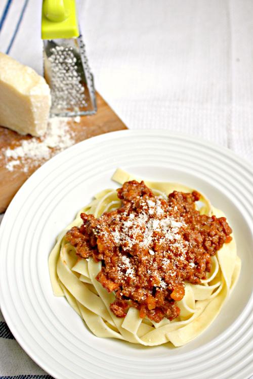 Hướng dẫn làm món mì ý sốt bolognese cho mẹ