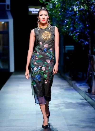 Lan khuê diện váy mang tinh thần haute couture