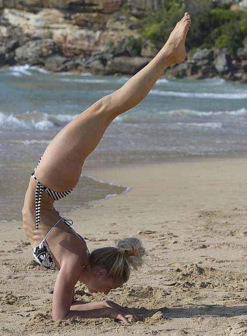 Sao tranh thủ khoe vẻ đẹp sexy khi tập yoga trên biển