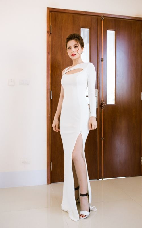 Á hậu diễm trang gợi cảm với váy xẻ cao khi làm mc