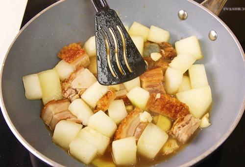 Cách nấu thịt heo quay om bí đao