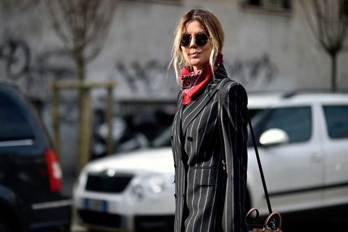 Chiếc khăn khiến dân sành thời trang truy lùng mua bằng được