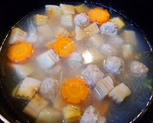 Hướng dẫn nấu canh khoai môn với thịt viên nóng hổi