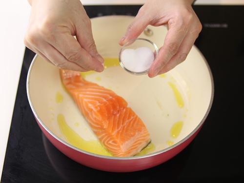 Hướng dẫn nấu cơm nắm cá hồi ngon miệng