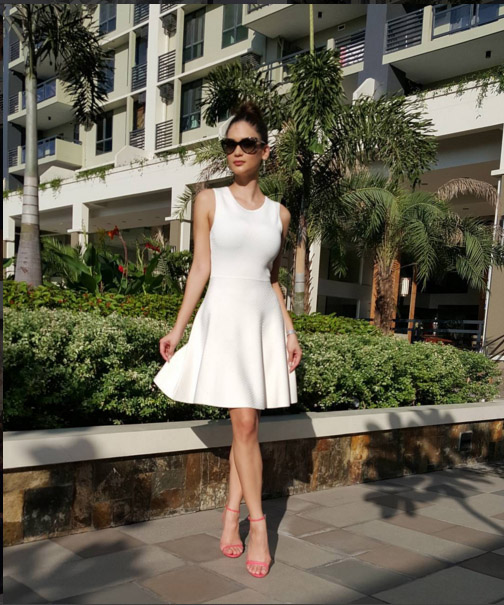 Tân hoa hậu hoàn vũ với thời trang đơn giản đẹp mắt