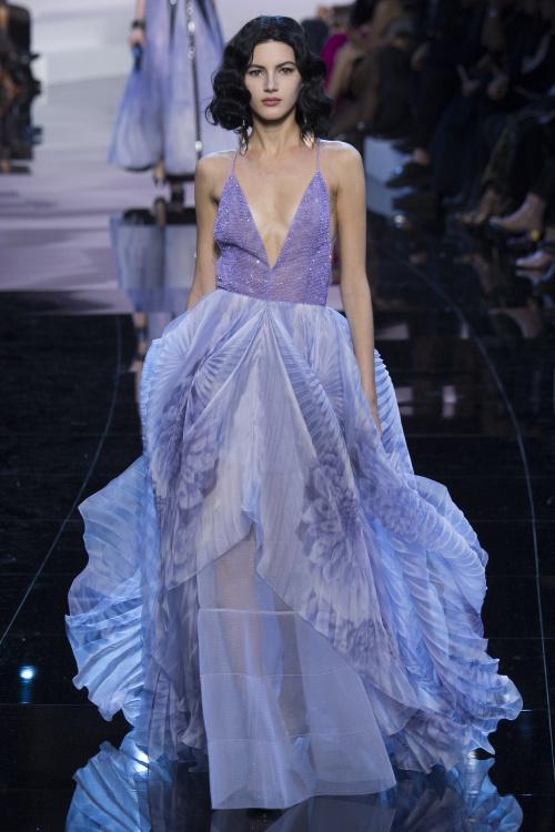 Armani biến váy ngủ thành thời trang cao cấp