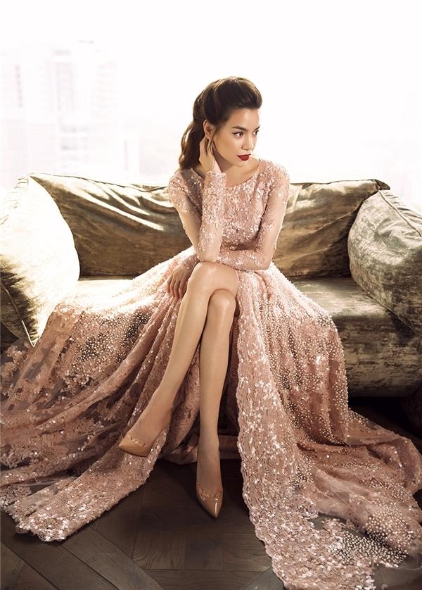 Đọ váy đính ngọc trai màu hồng của hồ ngọc hà kỳ duyên