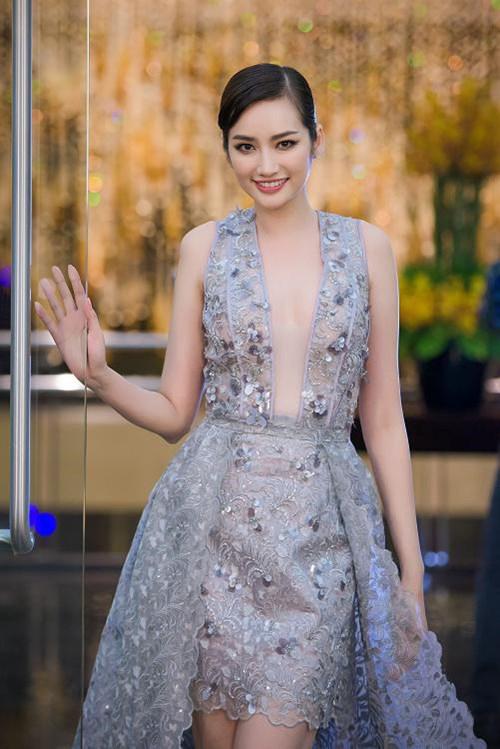 Váy áo hở mà không hư của mỹ nhân việt