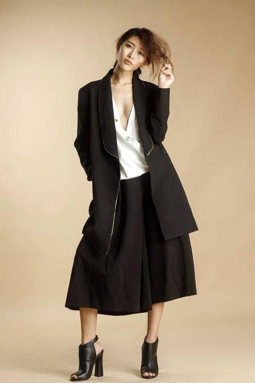 Quỳnh châu tạo dáng trễ nải với váy áo xẻ sâu