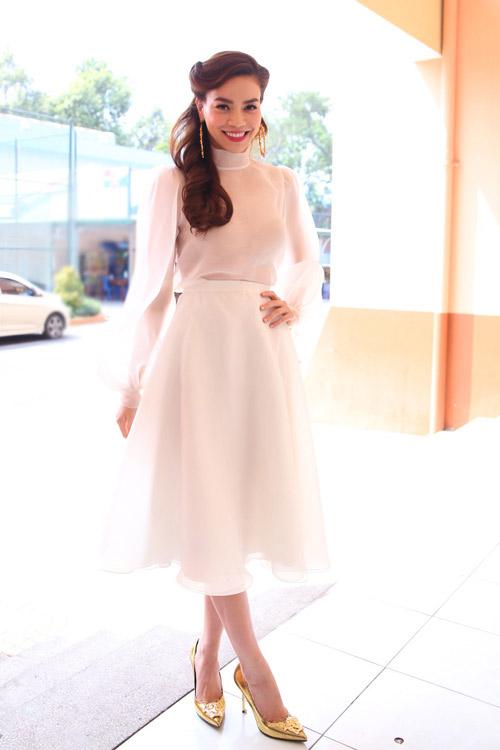 Chiếc váy xòe trắng sốt xình xịch hè này