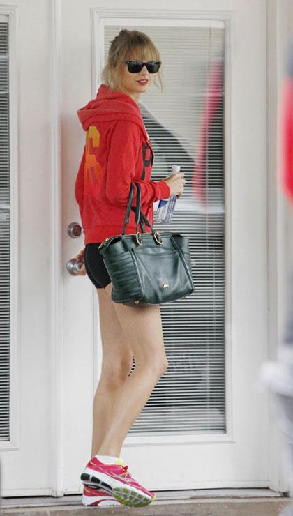 Taylor swift khoe chân dài với quần short