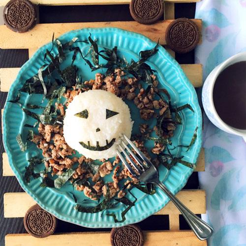 Halloween làm cơm đơn giản đẹp mắt cho bé