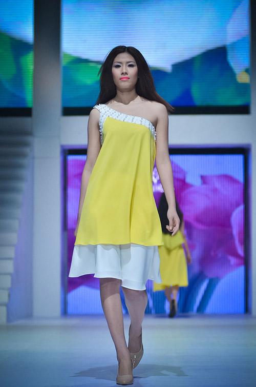 Hoa hậu đọ á hậu trong váy áo cầu thủ