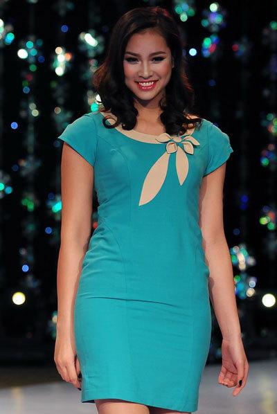 Ngắm người đẹp vương thu phương giản dị váy công sở