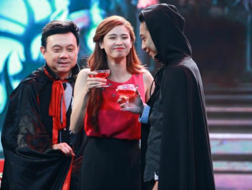Trương quỳnh anh mặc playsuit lên sân khấu