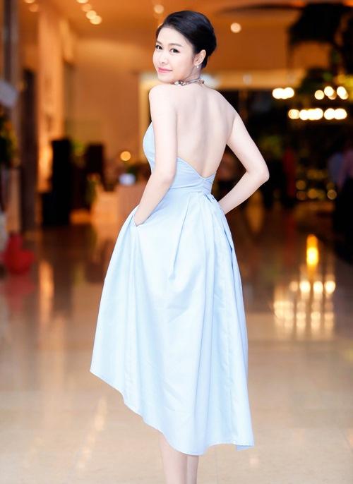 Váy đẹp tôn vóc dáng đáng mơ ước của vợ đăng khôi
