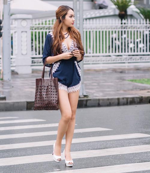 Chân dài 9x mặc áo xẻ sâu quần siêu ngắn