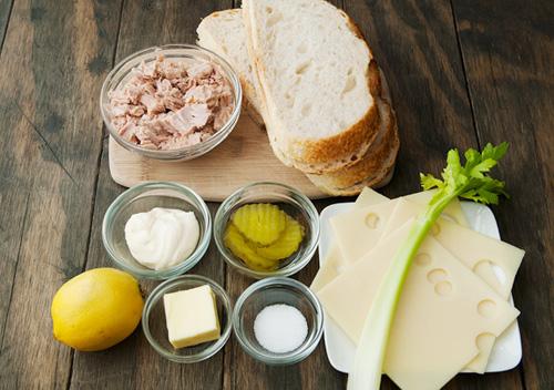 Bánh mì kẹp cá ngừ đóng hộp đơn giản dễ ăn