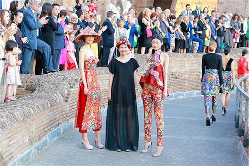 Chiêm ngưỡng sắc đẹp của hoa hậu thùy dung khi mặc áo dài cúp ngực ở rome