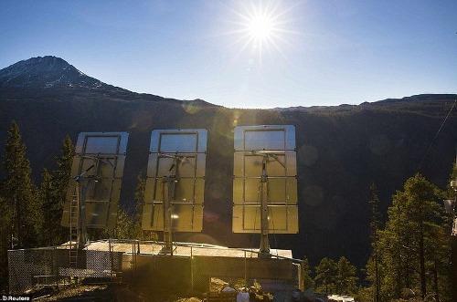 Gương mặt trời thắp sáng thung lũng bóng râm ở na uy