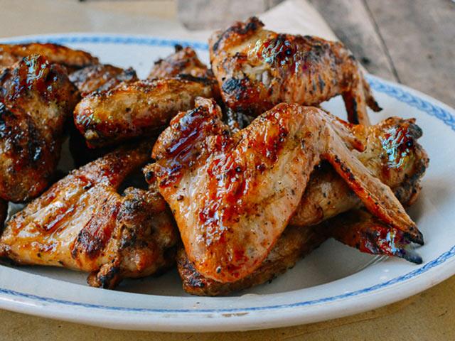 Hướng dẫn làm món cánh gà nướng than hoa chỉ với 3 nguyên liệu