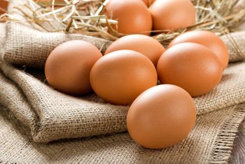 Trứng gà màu nâu hay màu trắng thì bổ hơn