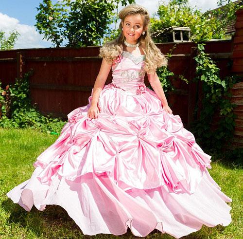 Bé gái 9 tuổi được mẹ đầu tư để thành nữ hoàng sắc đẹp