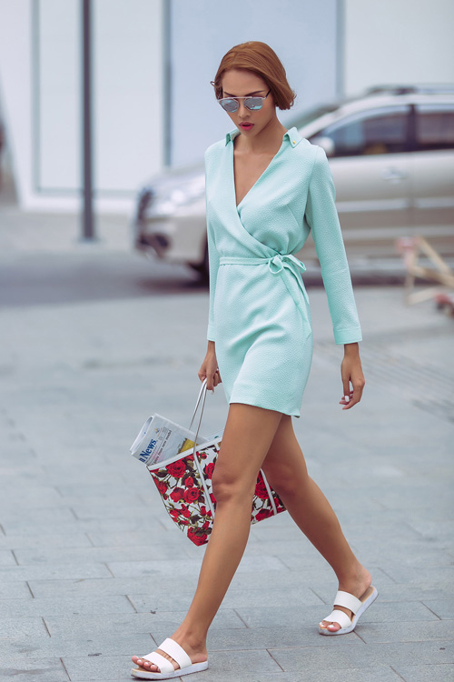 Minh triệu tung tăng váy ngắn dép lê xuống phố
