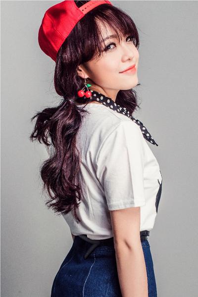 Thái trinh chọn trang phục cho single