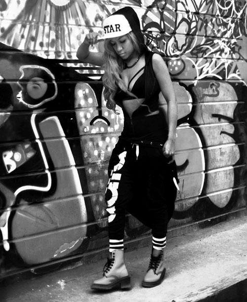 Cô gái hà nội nghiện mặc quần 5cm xuống phố