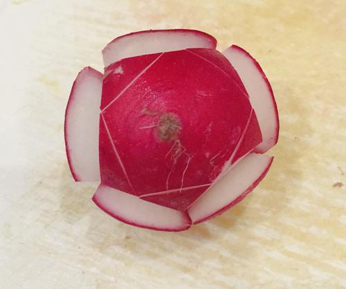 Tỉa hoa từ củ cải đỏ trang trí bàn ăn