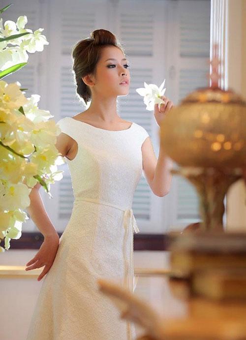 Học lỏm cách tạo dáng với váy cưới của sao việt