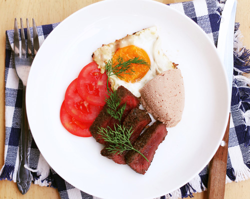 Thịt đà điểu áp chảo nóng hổi